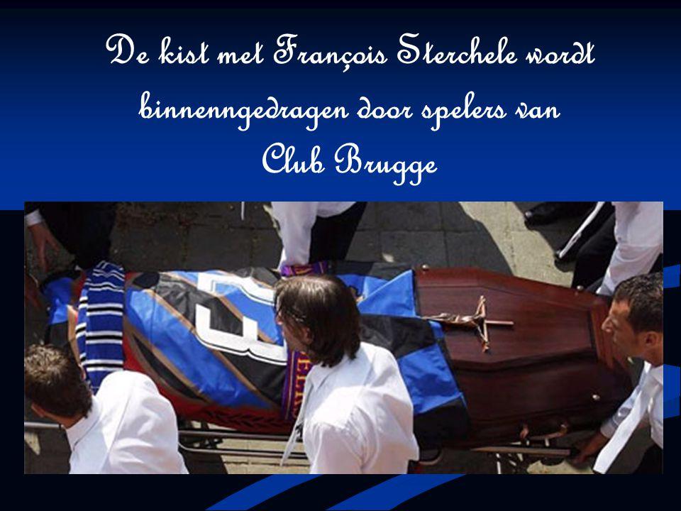 De kist met François Sterchele wordt binnenngedragen door spelers van Club Brugge