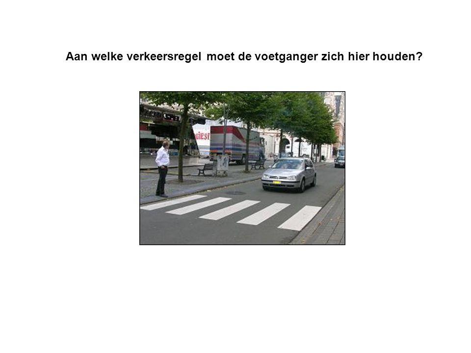 Aan welke verkeersregel moet de voetganger zich hier houden
