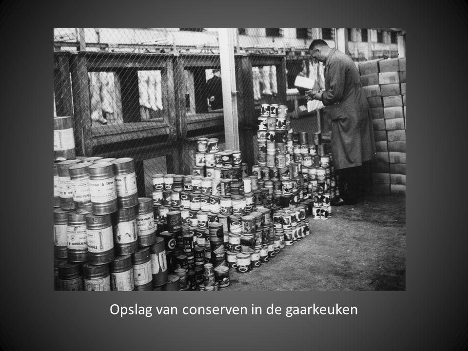 Opslag van conserven in de gaarkeuken