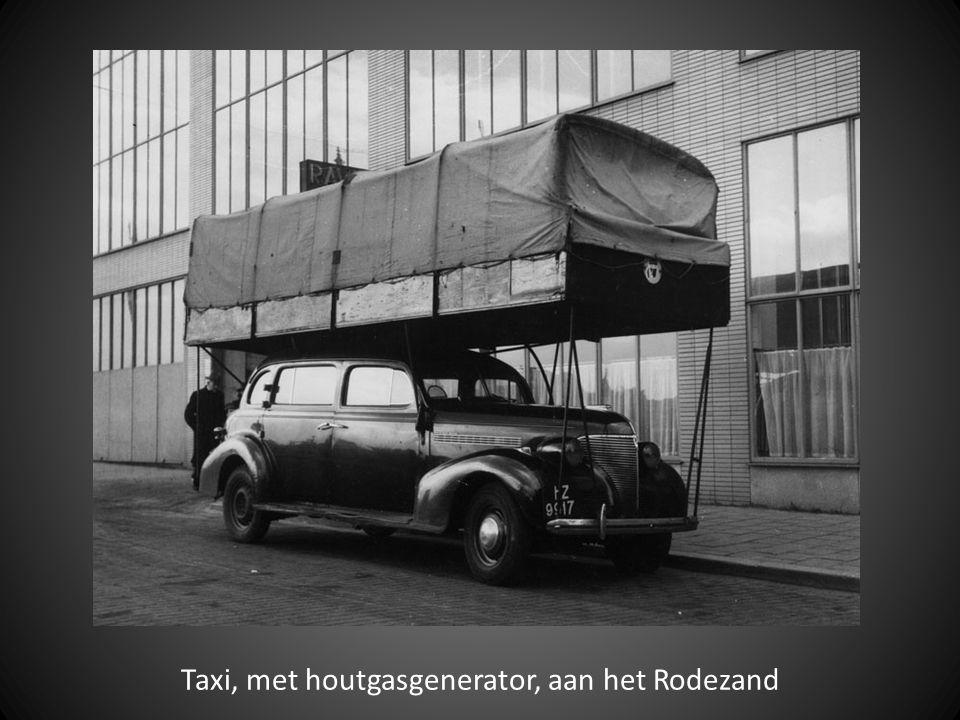 Taxi, met houtgasgenerator, aan het Rodezand