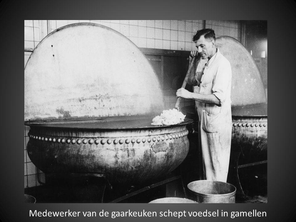 Medewerker van de gaarkeuken schept voedsel in gamellen