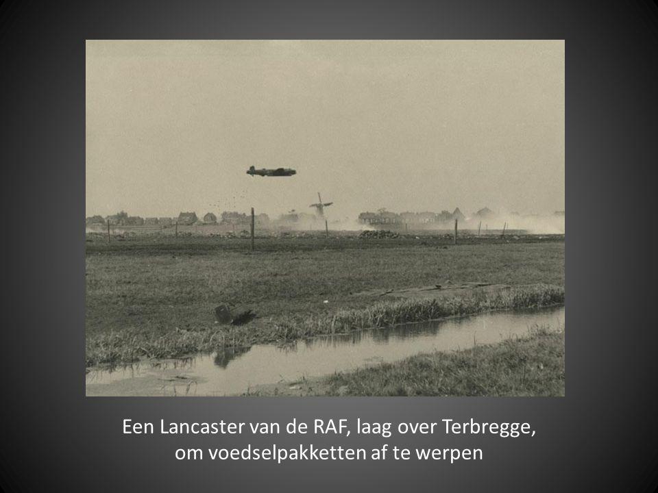 Een Lancaster van de RAF, laag over Terbregge,
