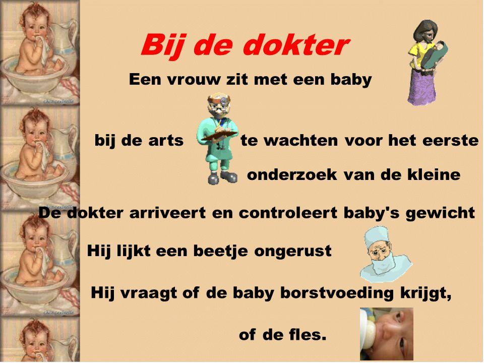 Bij de dokter Een vrouw zit met een baby bij de arts