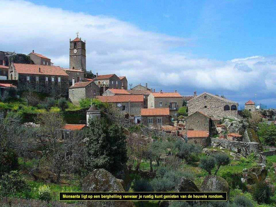 Monsanta ligt op een berghelling vanwaar je rustig kunt genieten van de heuvels rondom.
