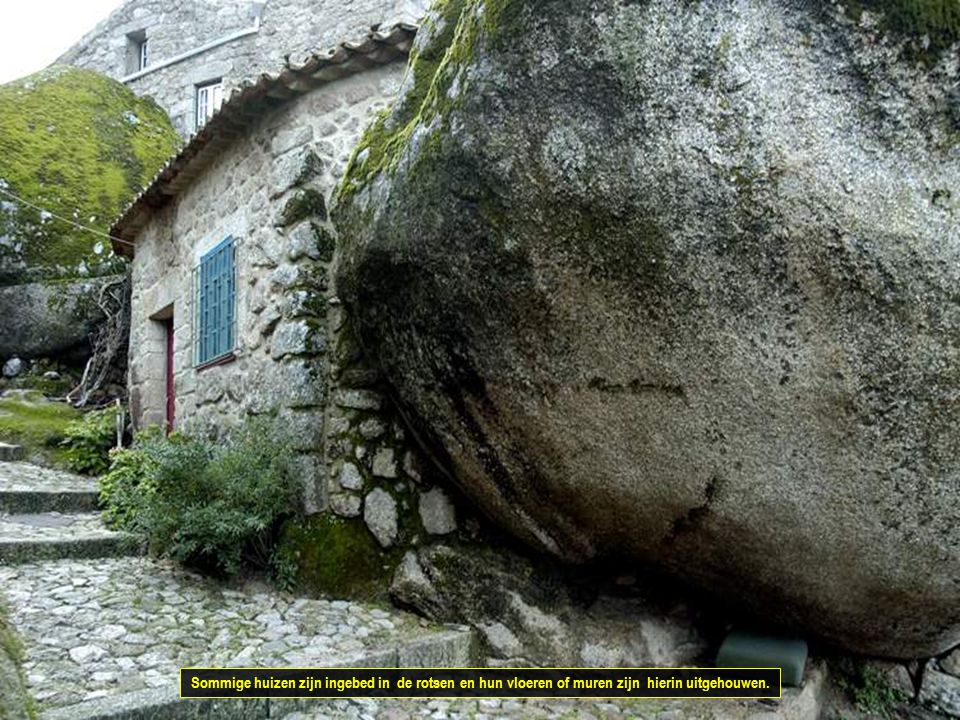 Sommige huizen zijn ingebed in de rotsen en hun vloeren of muren zijn hierin uitgehouwen.