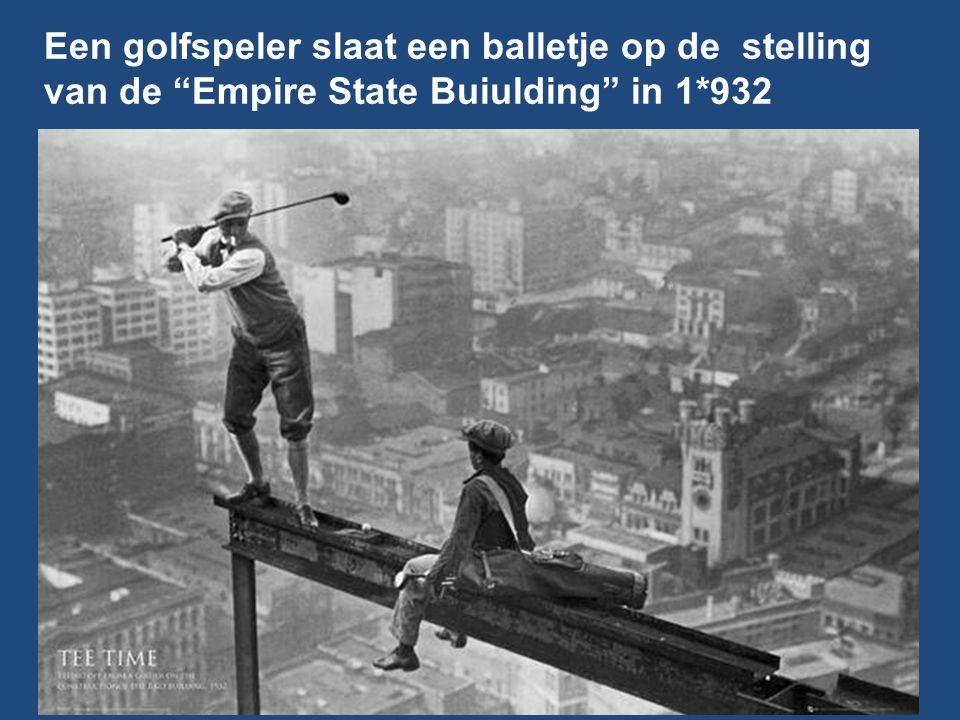 Een golfspeler slaat een balletje op de stelling van de Empire State Buiulding in 1*932
