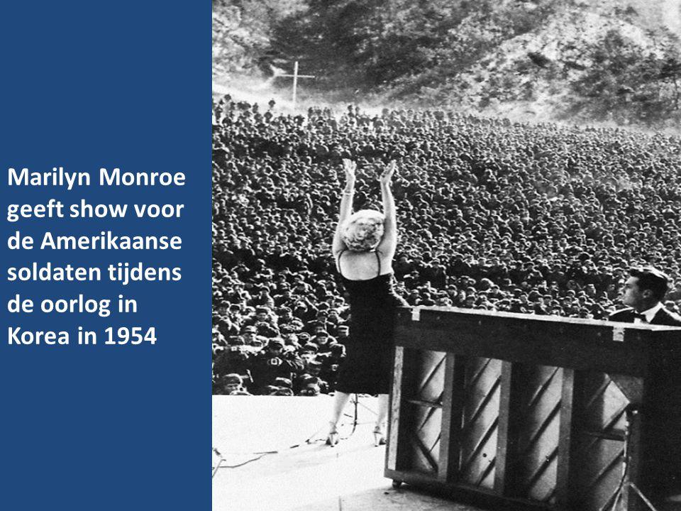 Marilyn Monroe geeft show voor de Amerikaanse soldaten tijdens de oorlog in Korea in 1954