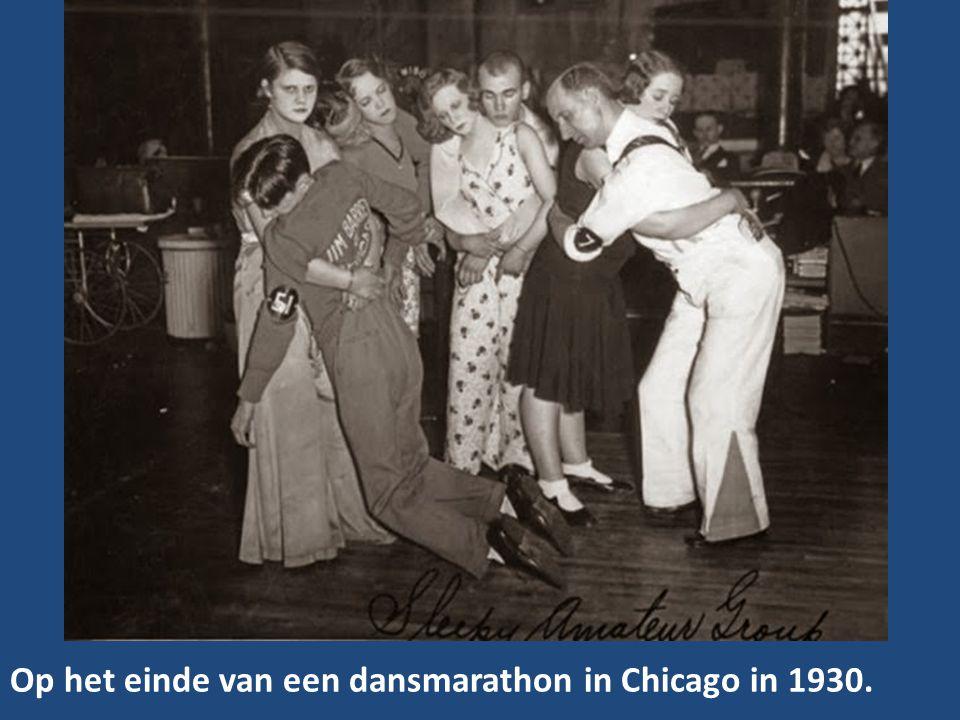 Op het einde van een dansmarathon in Chicago in 1930.