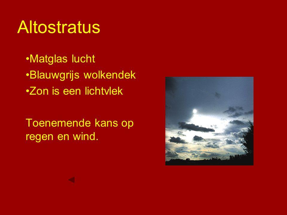 Altostratus Matglas lucht Blauwgrijs wolkendek Zon is een lichtvlek