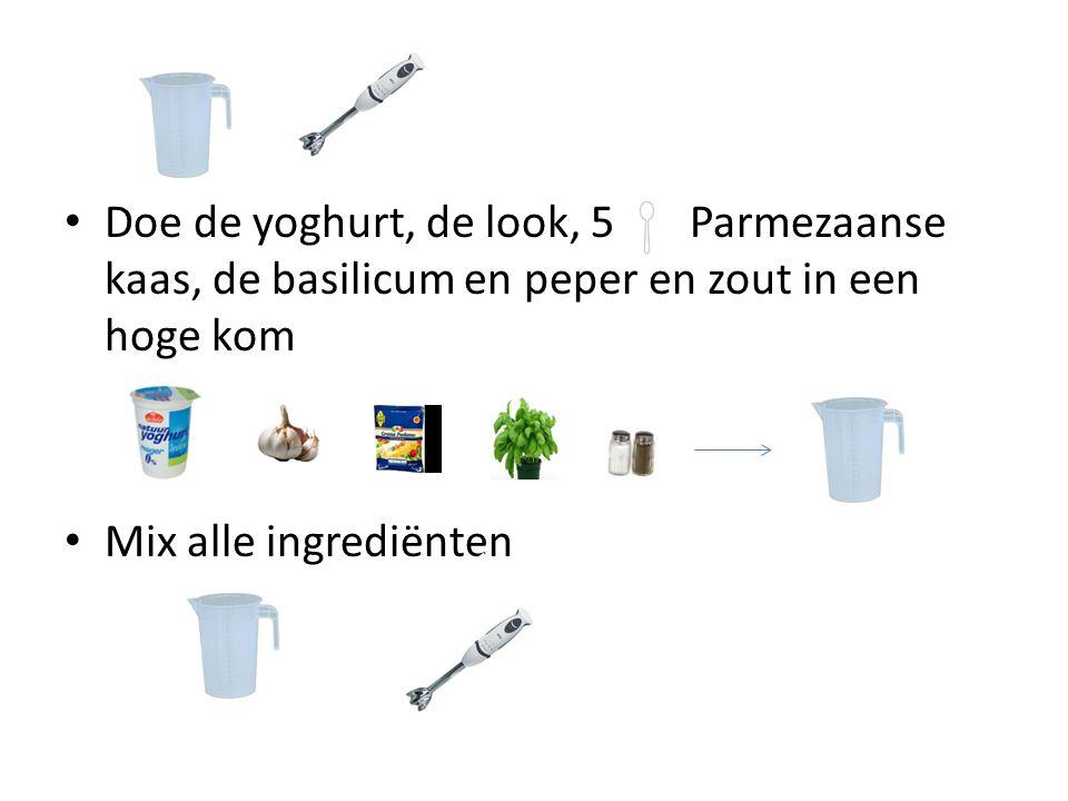 Doe de yoghurt, de look, 5 Parmezaanse kaas, de basilicum en peper en zout in een hoge kom