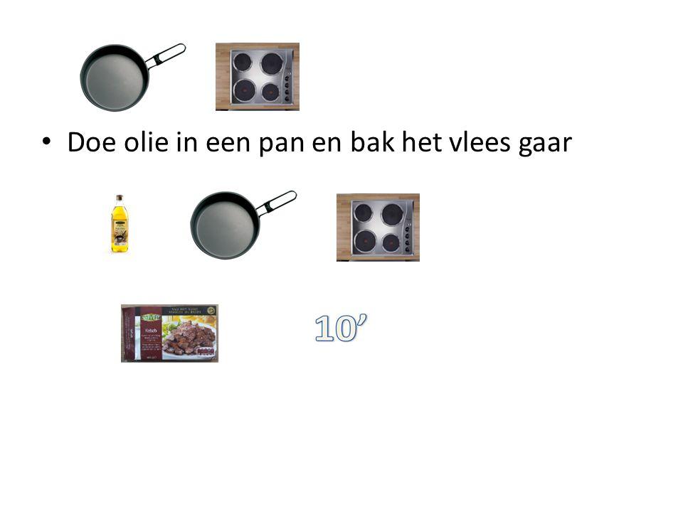 Doe olie in een pan en bak het vlees gaar