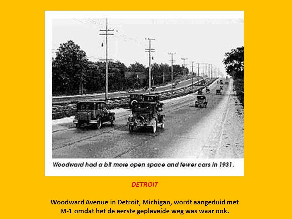 DETROIT Woodward Avenue in Detroit, Michigan, wordt aangeduid met M-1 omdat het de eerste geplaveide weg was waar ook.