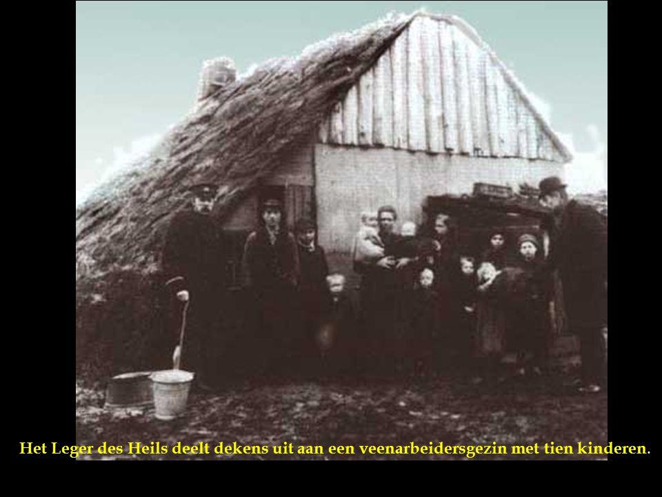 Het Leger des Heils deelt dekens uit aan een veenarbeidersgezin met tien kinderen.