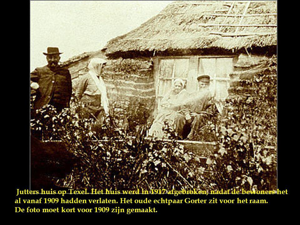 Jutters huis op Texel. Het huis werd in 1917 afgebroken, nadat de bewoners het al vanaf 1909 hadden verlaten. Het oude echtpaar Gorter zit voor het raam.