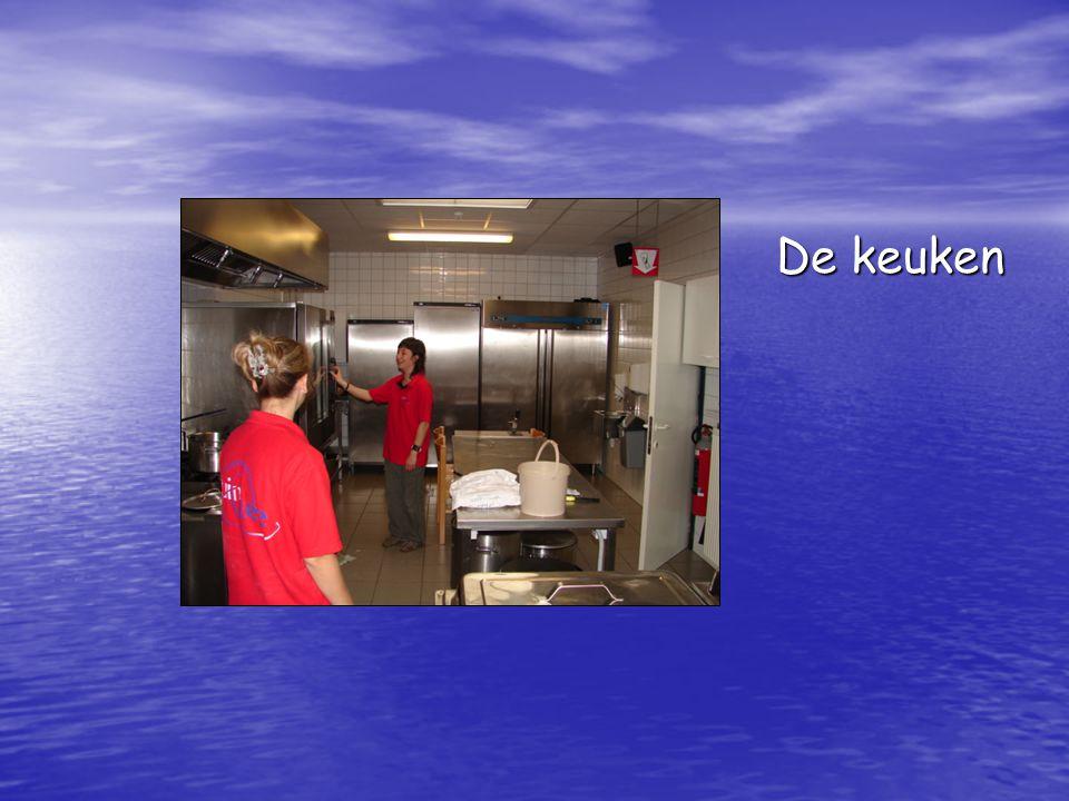 De keuken De keuken is degelijk ingericht en heeft een afzonderlijk afwasgedeelte.
