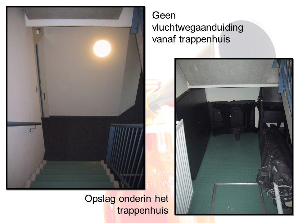Geen vluchtwegaanduiding vanaf trappenhuis