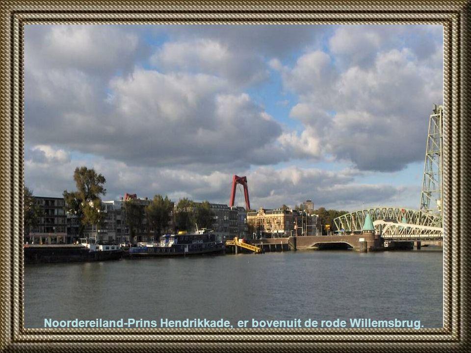 Noordereiland-Prins Hendrikkade, er bovenuit de rode Willemsbrug.