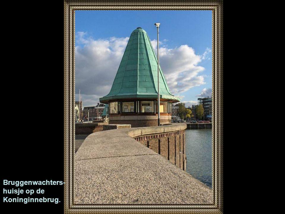 Bruggenwachters- huisje op de Koninginnebrug.