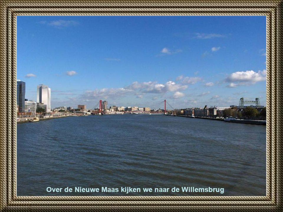 Over de Nieuwe Maas kijken we naar de Willemsbrug