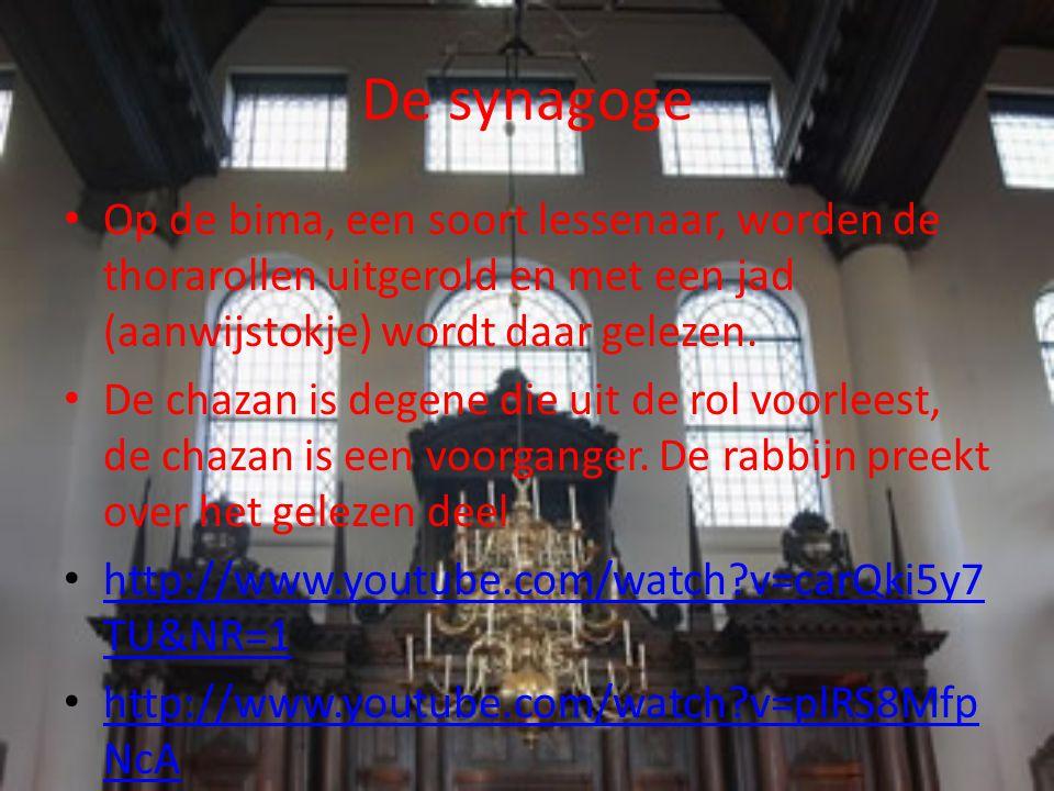 De synagoge Op de bima, een soort lessenaar, worden de thorarollen uitgerold en met een jad (aanwijstokje) wordt daar gelezen.