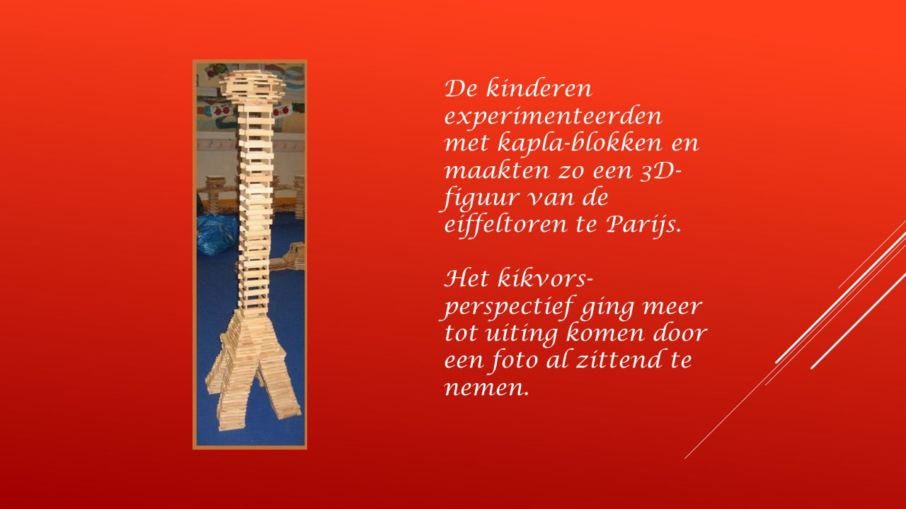 De kinderen experimenteerden met kapla-blokken en maakten zo een 3D-figuur van de eiffeltoren te Parijs.