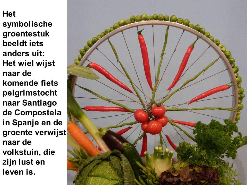 Het symbolische groentestuk beeldt iets anders uit: Het wiel wijst naar de komende fiets pelgrimstocht naar Santiago de Compostela in Spanje en de groente verwijst naar de volkstuin, die zijn lust en leven is.