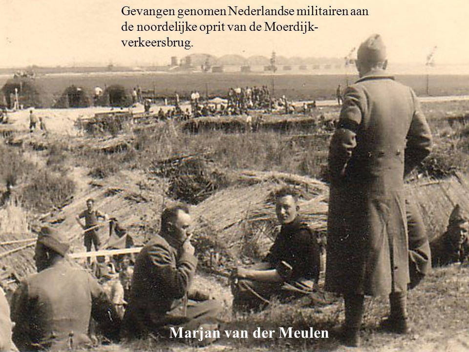 Gevangen genomen Nederlandse militairen aan de noordelijke oprit van de Moerdijk-verkeersbrug.