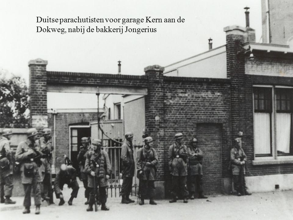 Duitse parachutisten voor garage Kern aan de Dokweg, nabij de bakkerij Jongerius