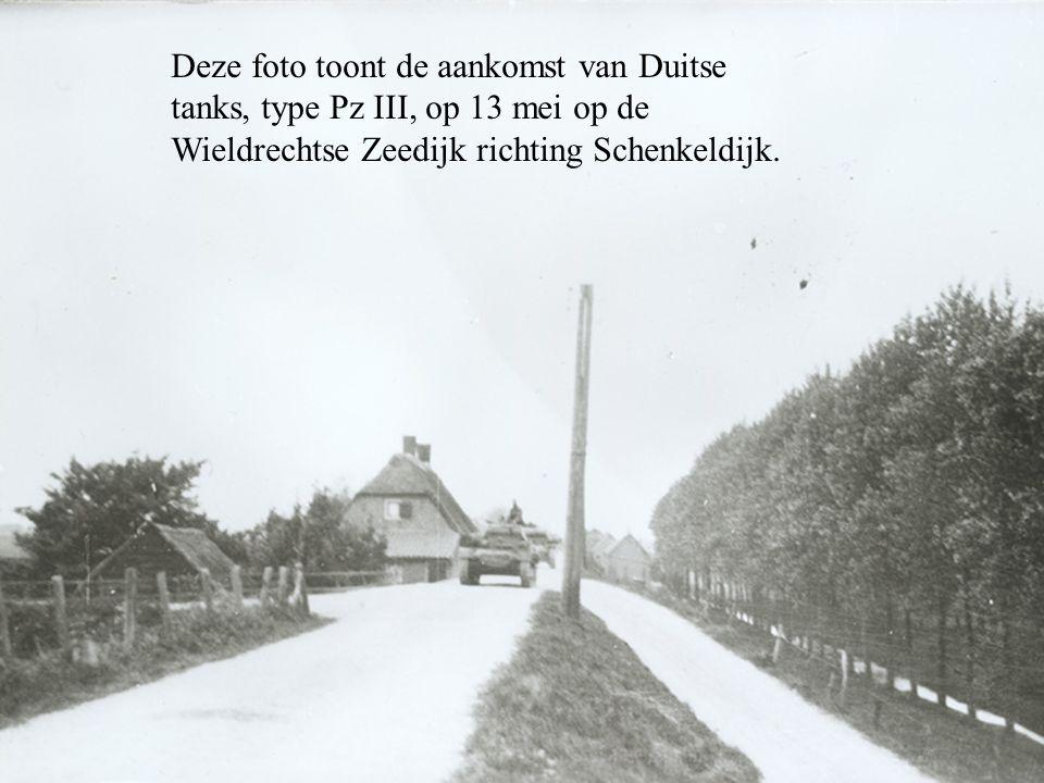Deze foto toont de aankomst van Duitse tanks, type Pz III, op 13 mei op de Wieldrechtse Zeedijk richting Schenkeldijk.