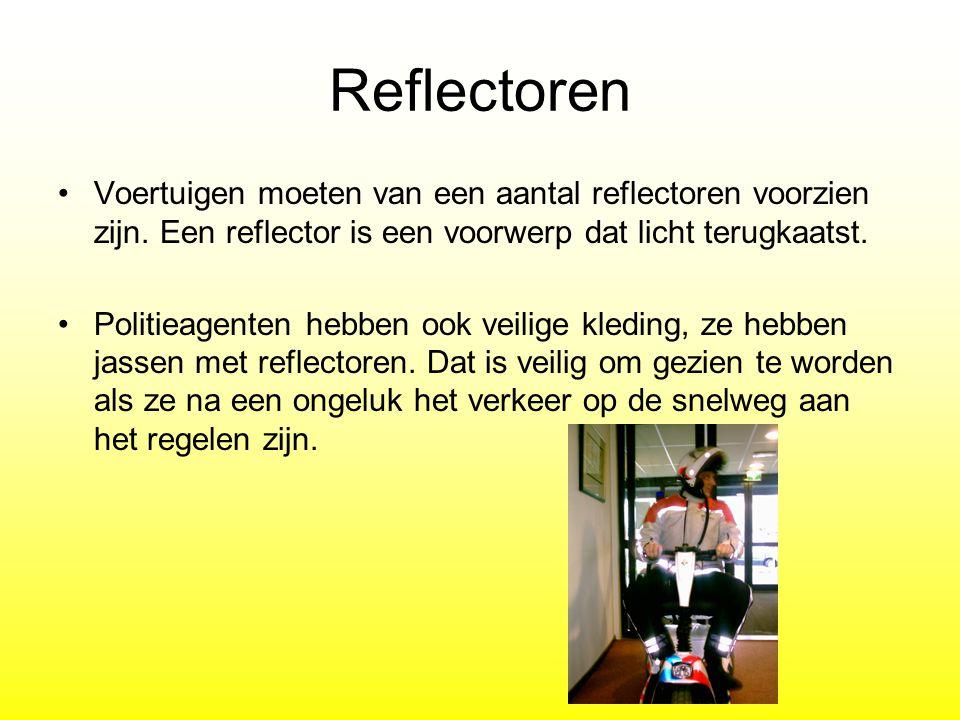Reflectoren Voertuigen moeten van een aantal reflectoren voorzien zijn. Een reflector is een voorwerp dat licht terugkaatst.