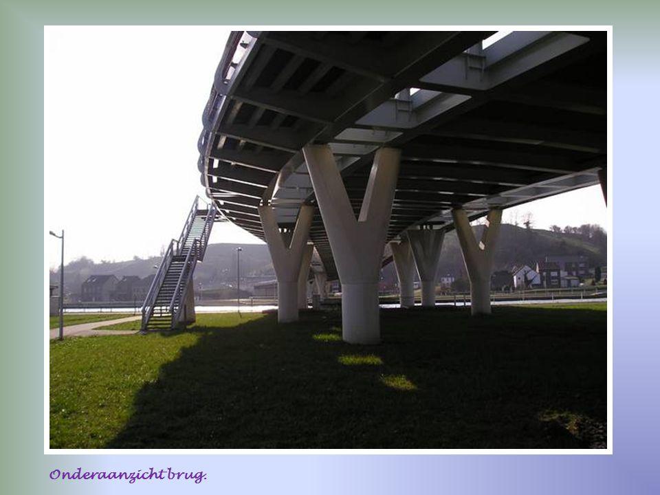 Onderaanzicht brug.