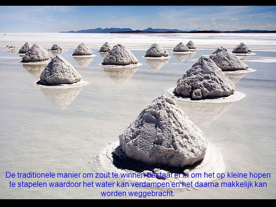 De traditionele manier om zout te winnen bestaat er in om het op kleine hopen te stapelen waardoor het water kan verdampen en het daarna makkelijk kan worden weggebracht.
