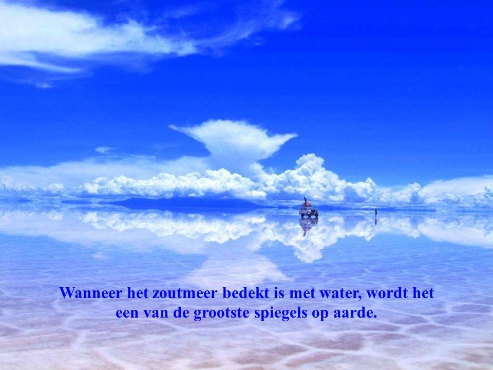 Wanneer het zoutmeer bedekt is met water, wordt het een van de grootste spiegels op aarde.