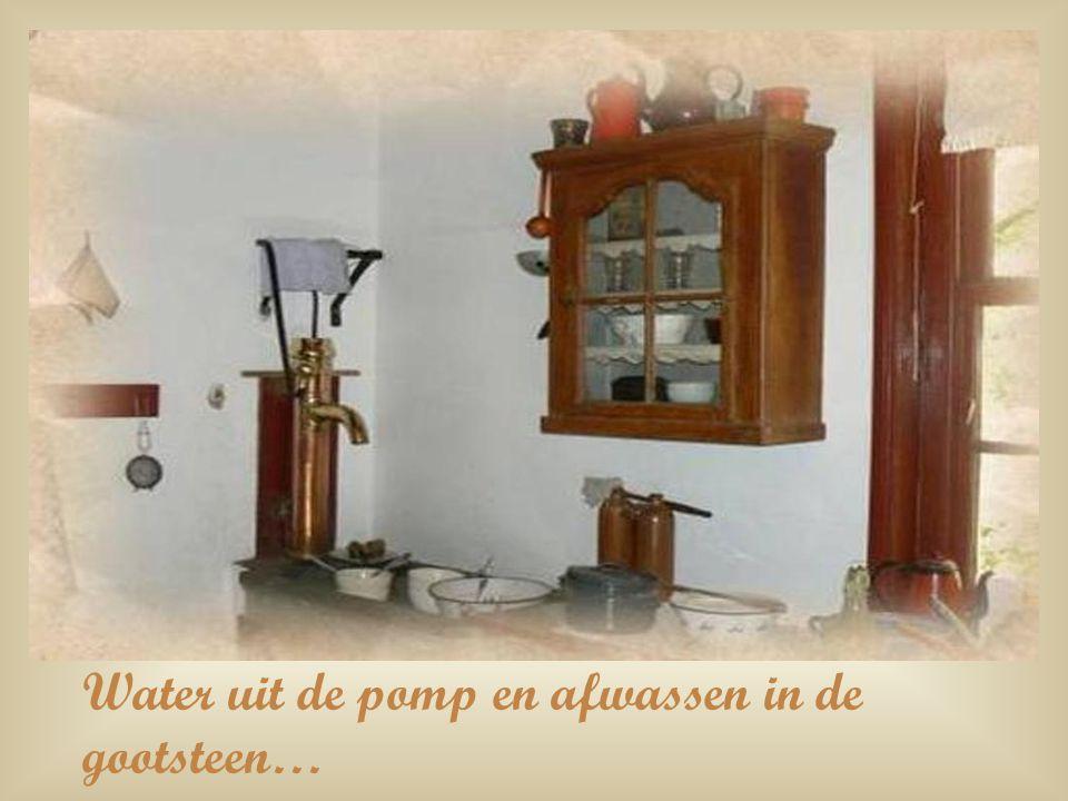 Water uit de pomp en afwassen in de gootsteen…