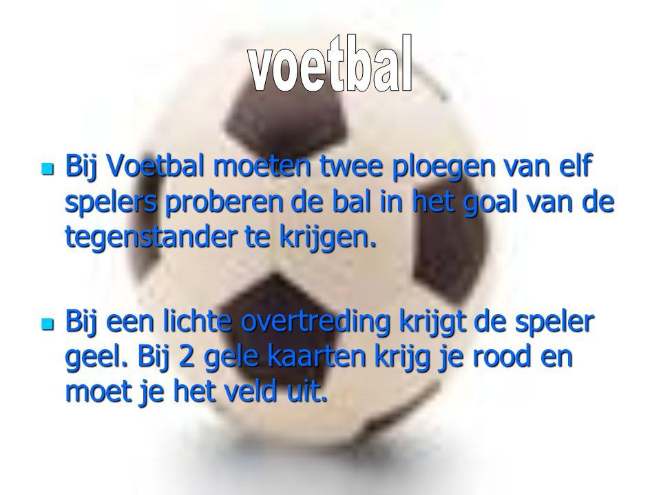 voetbal Bij Voetbal moeten twee ploegen van elf spelers proberen de bal in het goal van de tegenstander te krijgen.