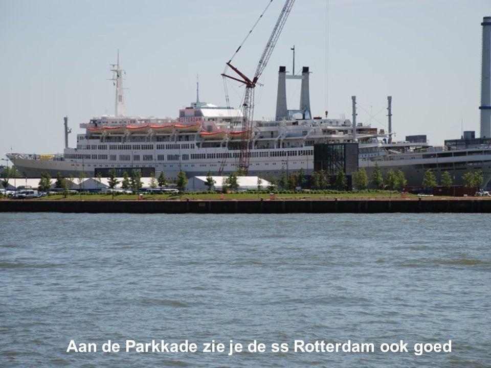 Aan de Parkkade zie je de ss Rotterdam ook goed