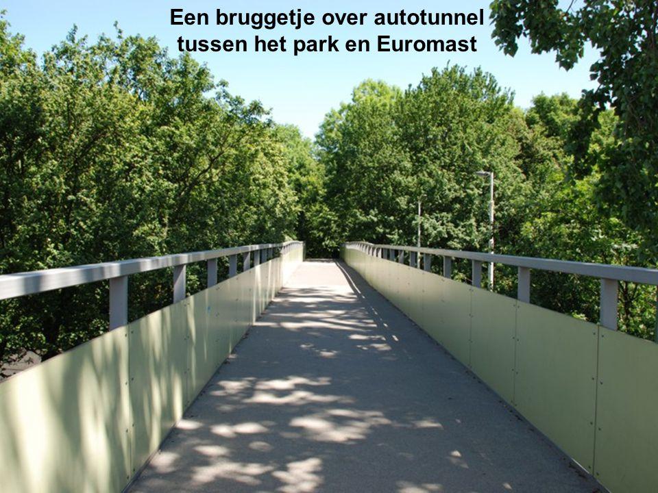 Een bruggetje over autotunnel tussen het park en Euromast