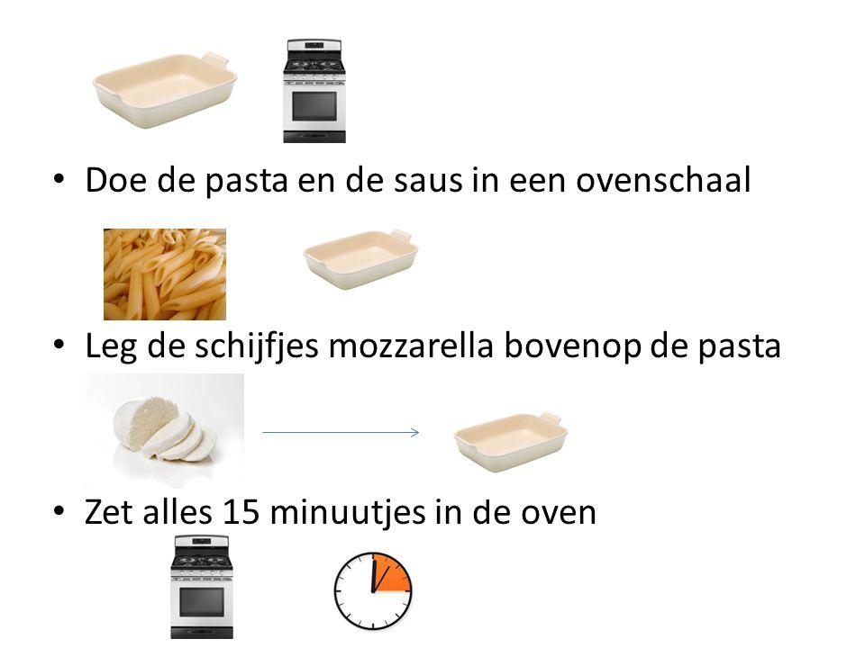 Doe de pasta en de saus in een ovenschaal