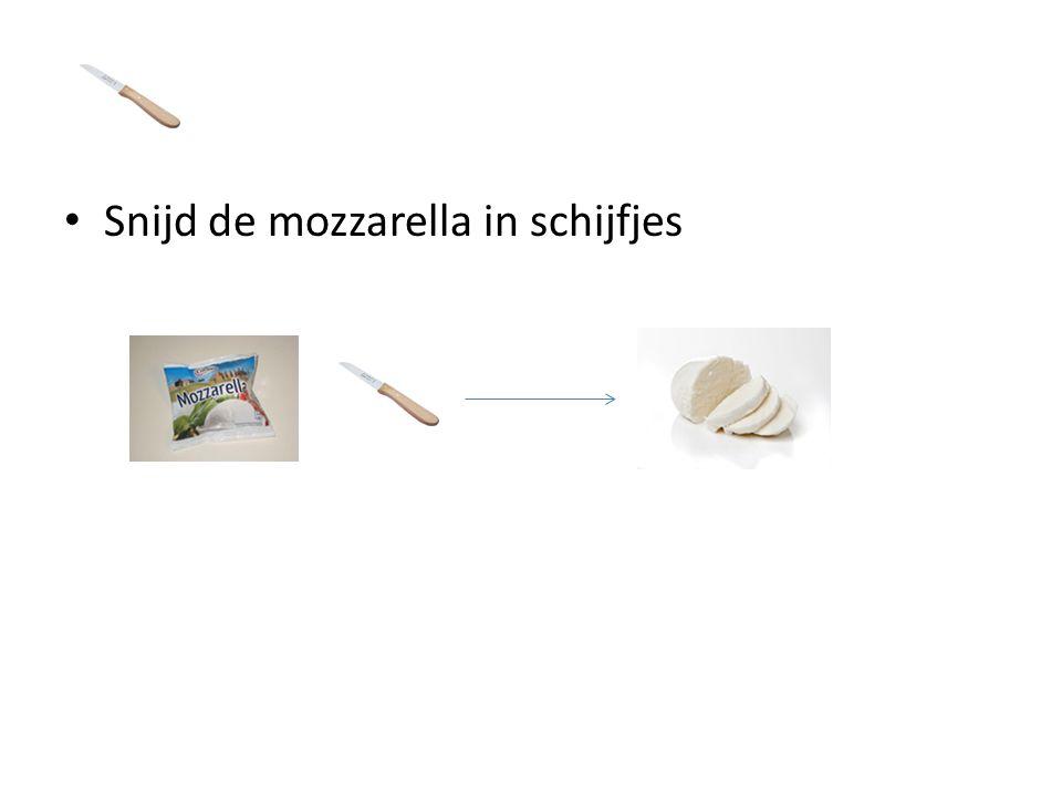 Snijd de mozzarella in schijfjes