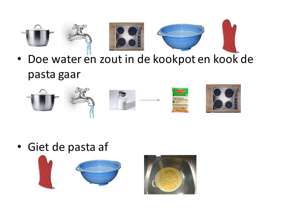 Doe water en zout in de kookpot en kook de pasta gaar