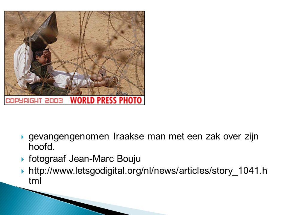 gevangengenomen Iraakse man met een zak over zijn hoofd.
