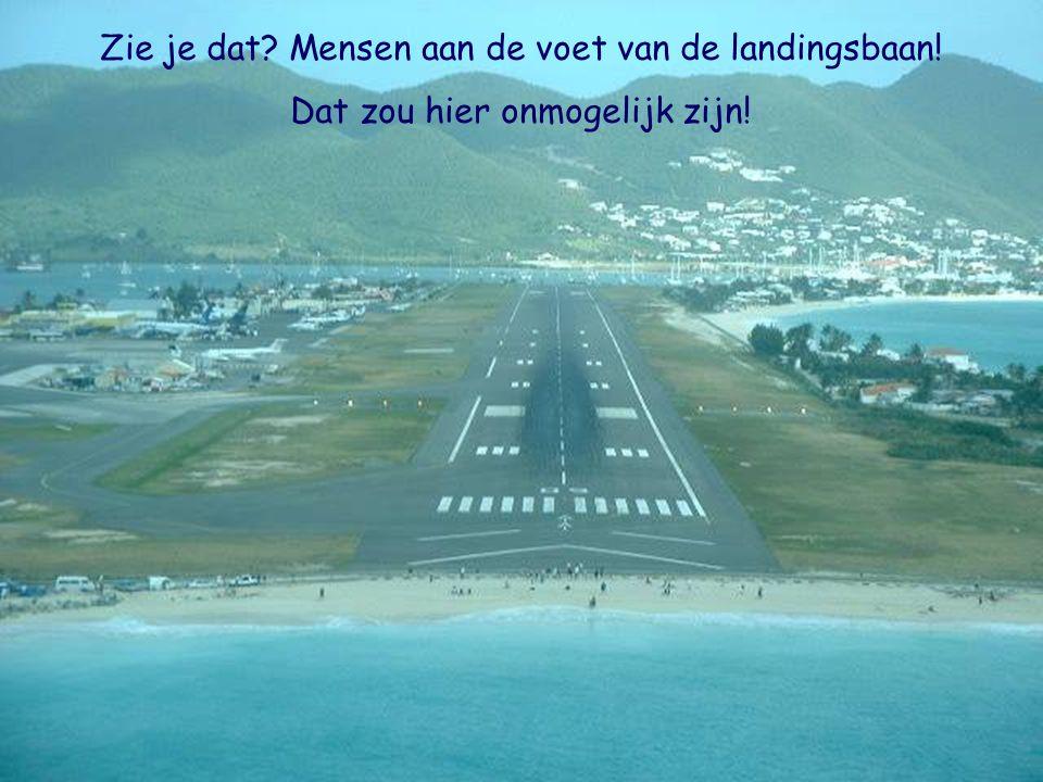 Zie je dat Mensen aan de voet van de landingsbaan!