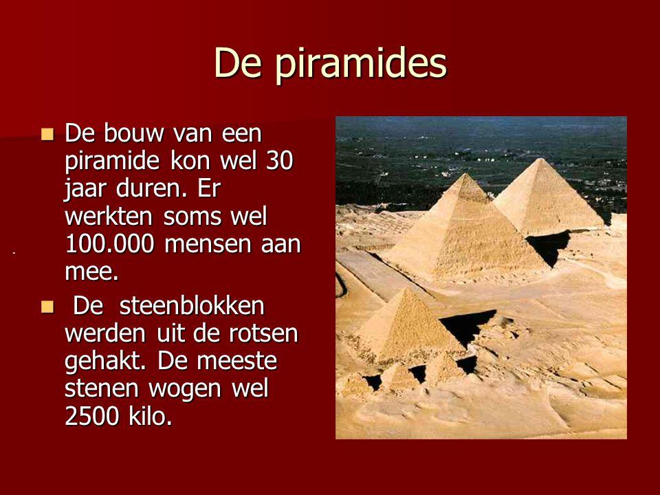 De piramides De bouw van een piramide kon wel 30 jaar duren. Er werkten soms wel 100.000 mensen aan mee.