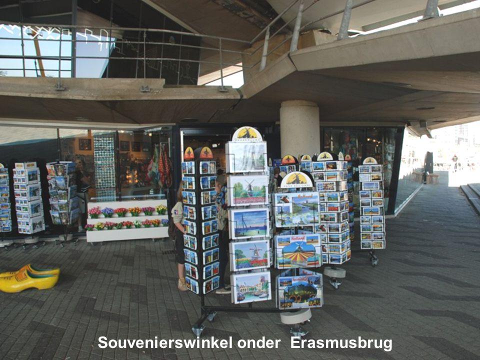 Souvenierswinkel onder Erasmusbrug