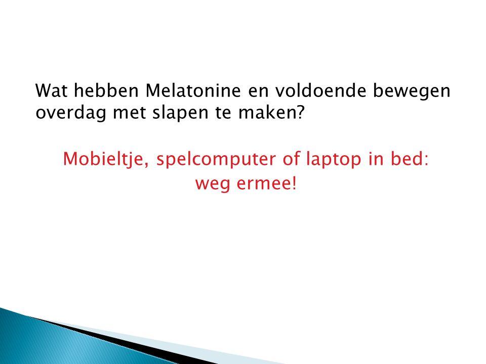 Mobieltje, spelcomputer of laptop in bed: