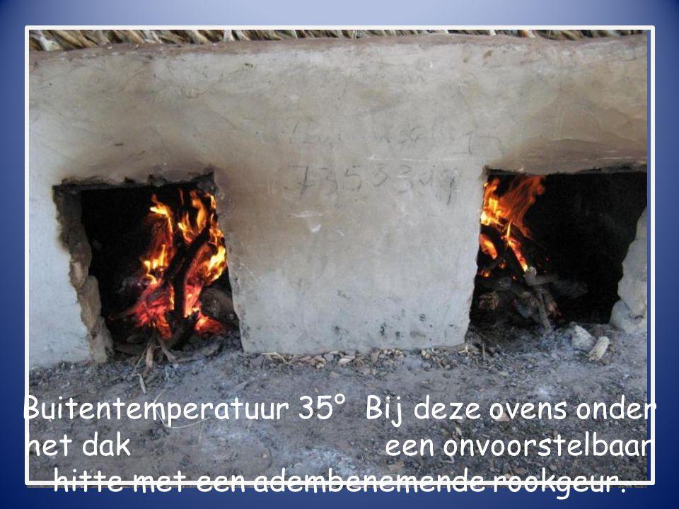 Buitentemperatuur 35° Bij deze ovens onder het dak een onvoorstelbaar hitte met een adembenemende rookgeur.