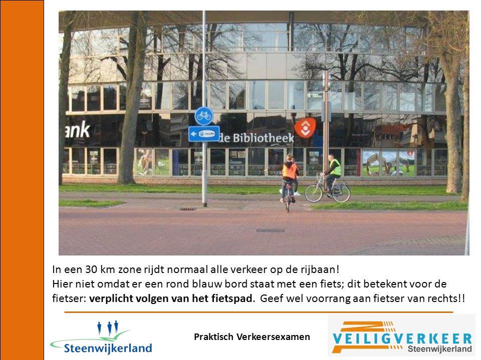 In een 30 km zone rijdt normaal alle verkeer op de rijbaan!