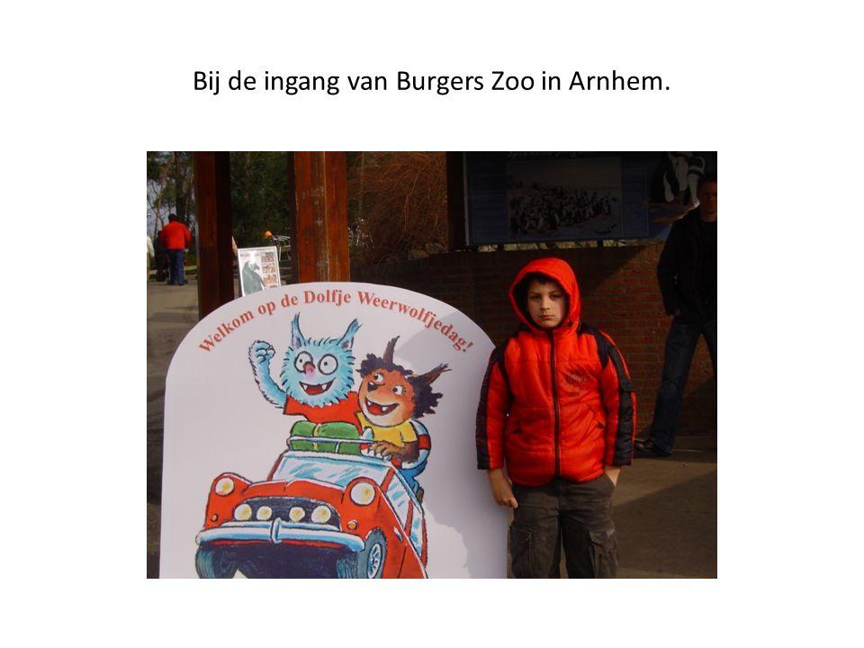 Bij de ingang van Burgers Zoo in Arnhem.