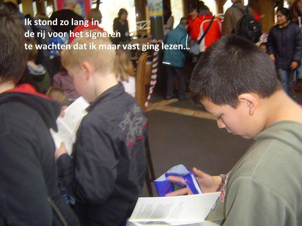 Ik stond zo lang in d de rij voor het signeren te wachten dat ik maar vast ging lezen…
