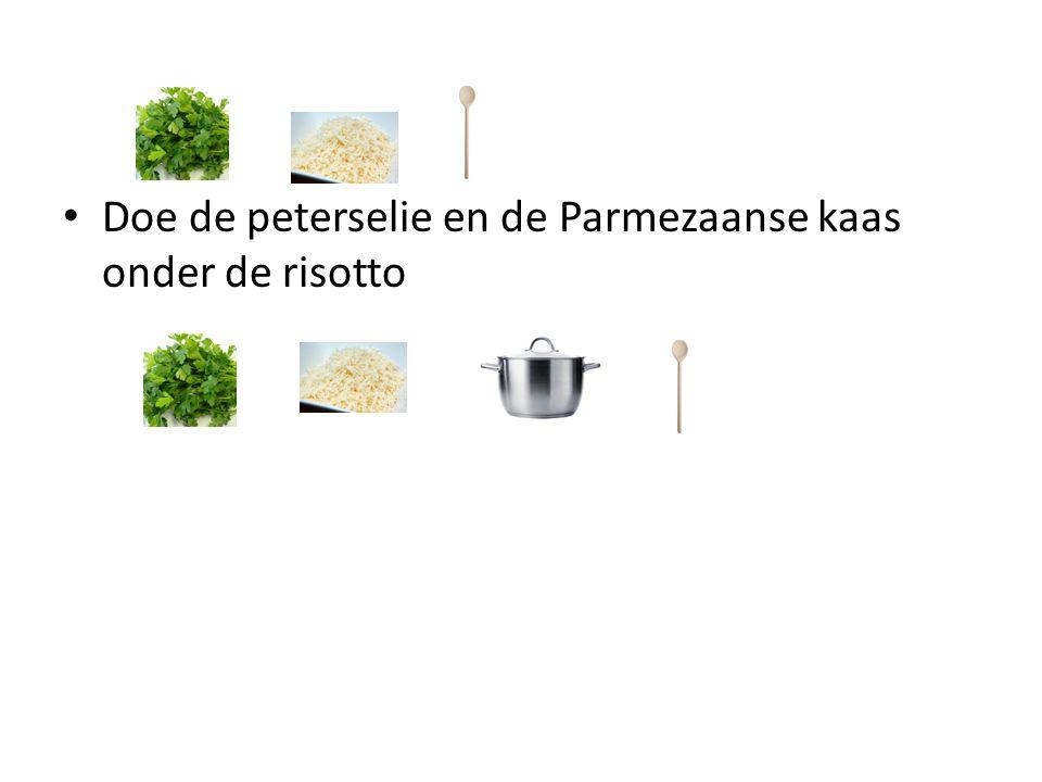 Doe de peterselie en de Parmezaanse kaas onder de risotto